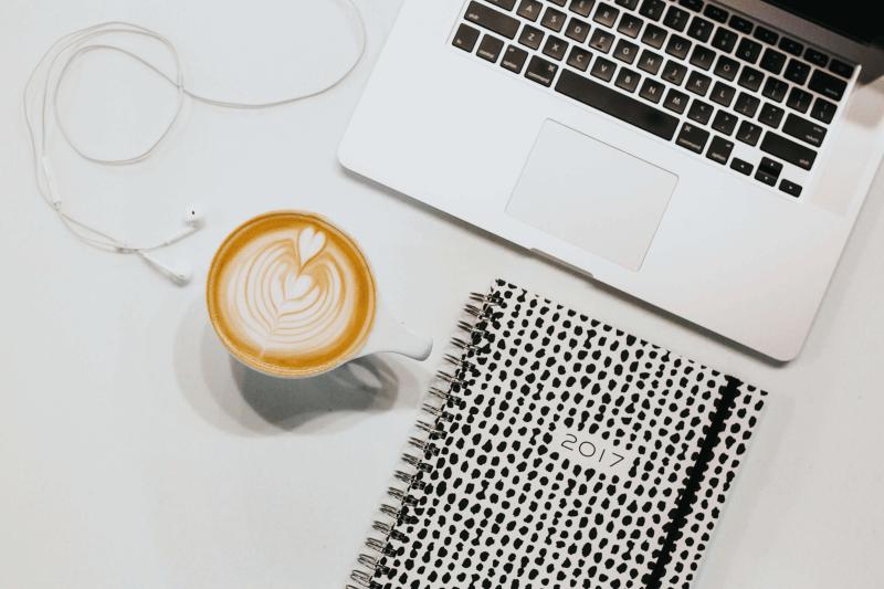 Laptop Kopfhörer und Kaffee