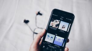 Handy mit geöffneter Podcast Plattform